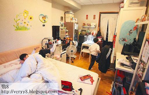 業主將匯賢大廈當作住宅出租,大床被鋪齊備,租金索價八千。(楊洋攝)
