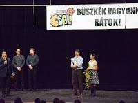 08 Bárdos Gábor, Somorja polgármestere gratulál a Csali Gyermek Néptáncegyüttes vezetőinek.jpg