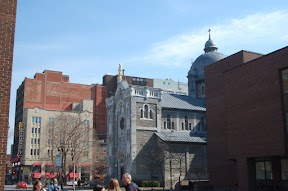 Таких вот церквушех в Монреале много, они везде окружены современными зданиями