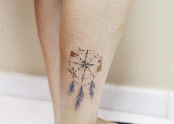 este_penas_e_floral_bssola_tatuagem