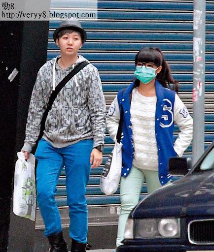 秘密同行 <br><br>同 Tiff返香閨短敍一小時後,糖妹換了外套戴上口罩,兩人齊齊搭車去旺角。