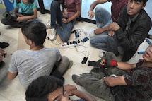 Uprchlíci z Afghánistánu si nabíjejí mobilní telefony na autobusovém nádraží v Subotici. Potřebují, aby byli neustále nabité, protože musejí být vždy v kontaktu s převaděči nebo rodinou. (Foto: Iva Zímová pro ČvT)