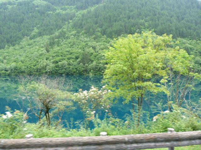 11 heures de bus pour arriver au soit disant joyau du Sichuan...20.000 lits, où tout est plus cher,Ticket d'entrée hors de prix,pas de soleil,des hordes de touristes, tous les lacs presque pareils.  et 11 de retour...