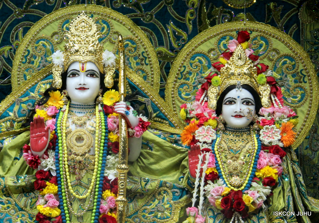 ISKCON Juhu Sringar Deity Darshan on 25th Oct 2016 (34)