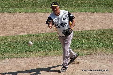 Elías Jasso lanzando por Hipertensos en el softbol de veteranos