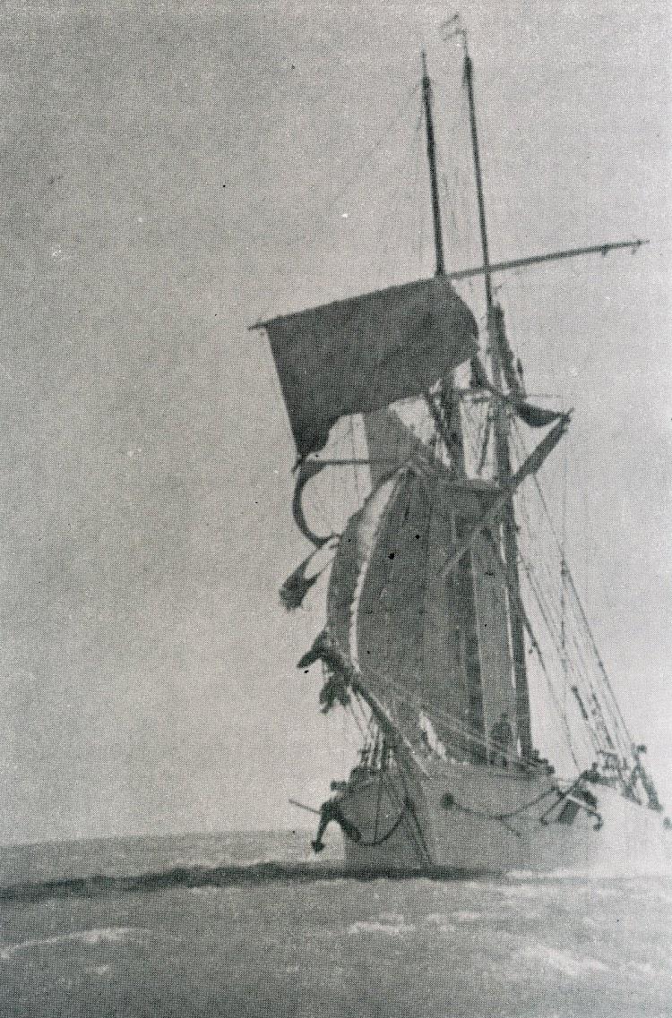 Goleta HERNAN CORTES. Verga rota y aparejo rifado como consecuencia del temporal de la noche del 11 al 12 de noviembre de 1950, en el golfo de San Jorge. Los Ultimos Veleros del Mediterranera.jpg
