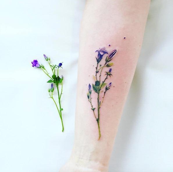 esta_hiper-realista_de_flores_silvestres_da_tatuagem
