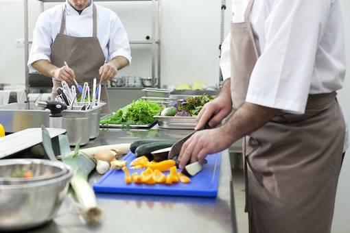 厨房で働く二人の男性