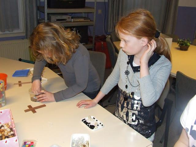 Kinderen van de kinderkerkclub maken een rozenkrans - DSCF5703.JPG