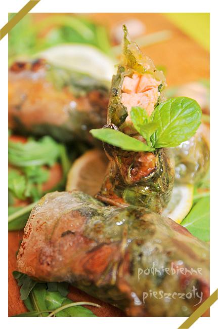 Sajgonki z łososiem, rukolą i pistacjami