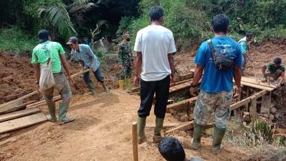 Gotong-royong  Selesaikan Perbaikan  jembatan yang Rusak, TMMD Kodism Tapsel