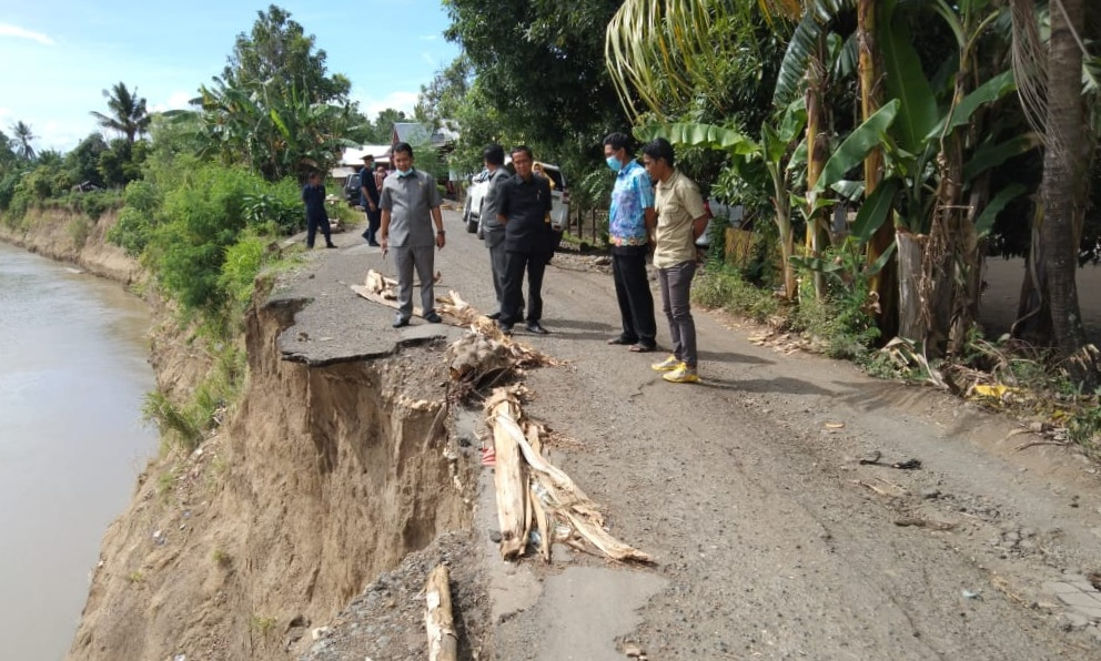 Anggota Komisi II DPRD Soppeng Tinjau Jalanan Longsor Di Kebo