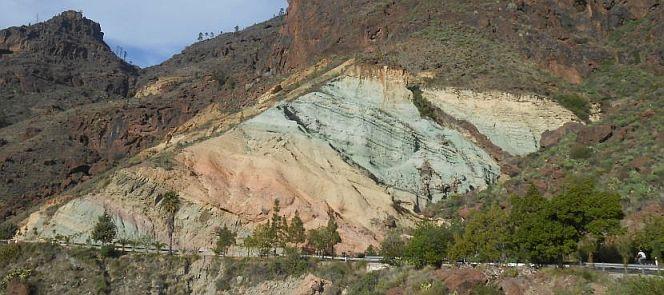 Los Azulejos: blau-grüne Felshänge an der Degollada de Veneguera bei Tasarteam Fuß des 1426 m hohen Inagua, Gran Canaria