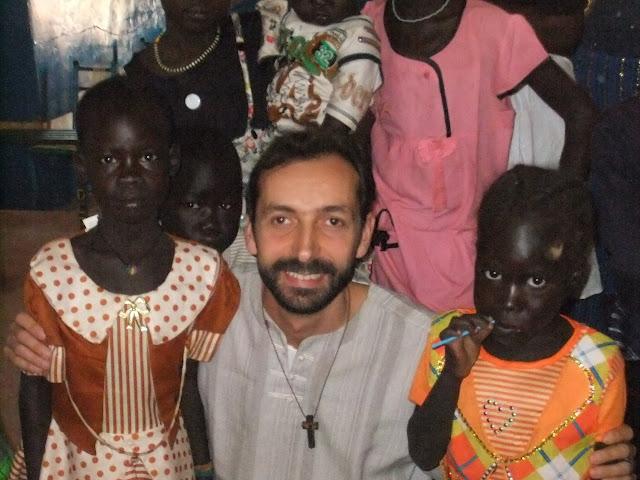 Fr. Paolo Rizzetti con bambini di Wau (Sud Sudan)