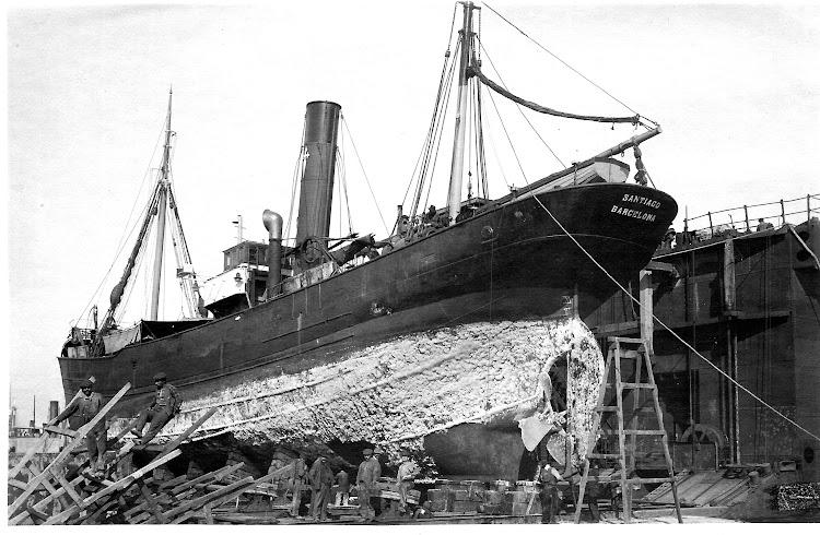 Vapor SANTIAGO en el dique flotante y deponente. Colección Jaume Cifre Sanchez. Nuestro agradecimiento.jpg
