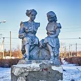 """Еще раз школьницы. Кстати, раньше статуй было гораздо больше, я еще помню и """"Горниста"""", и обязаловку всех городов """"Девушку с веслом""""..."""