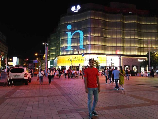 gambar di wangfujing street beijing