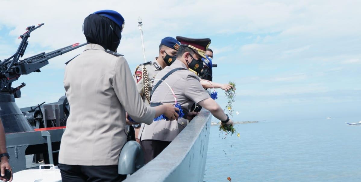 Maknai Hari Bhayangkara Ke 75, Kapolda Sulsel Pimpin Upacara Ziarah Tabur Bunga di Laut