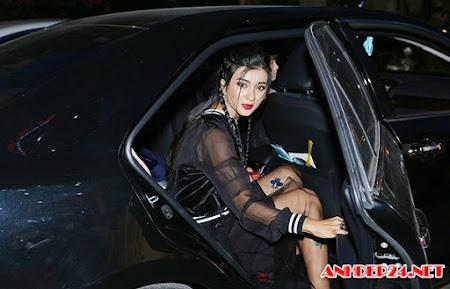 Kim Tuyến mặc cá tính, ngồi xế hộp đi sự kiện