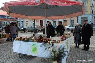 Koło Gospodyń wystawiło stół z ręcznie wykonanymi świątecznymi ozdobami podczas otwarcie rynku w Brzesku. Nasz stragan cieszył się ogromną popularnością.