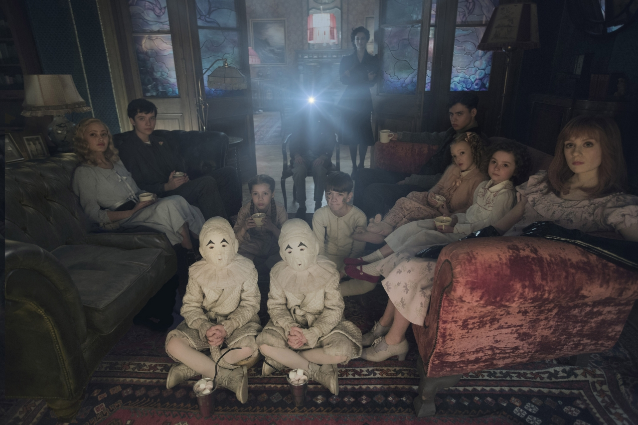 Seated on the floor: the twins (Thomas and Joseph Odwell), Fiona (Georgia Pemberton) and Hugh (Milo Parker), Left to right: Emma (Ella Purnell), Jake (Asa Butterfield), Horace (Hayden Keeler-Stone), Miss Peregrine (Eva Green), Enoch (Finlay Macmillan), Claire (Raffiella Chapman), Bronwyn (Pixie Davies) and Olive (Lauren McCrostie) in MISS PEREGRINE'S HOME FOR PECULIAR CHILDREN. (Photo Credit: Leah Gallo - TM & © 2016 Twentieth Century Fox Film Corporation)