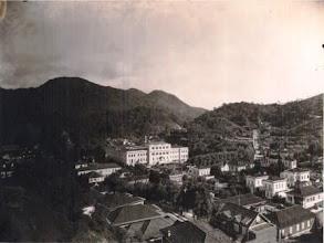 Photo: Vista aérea do Colégio Notre Dame de Sion, atual Universidade Católica de Petrópolis. Foto da década de 20