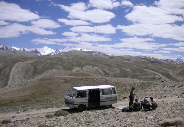 À 4000 m, entre Jawashangoz et Jelondy (Pamir central), 19 juillet 2007. Photo Jean Michel