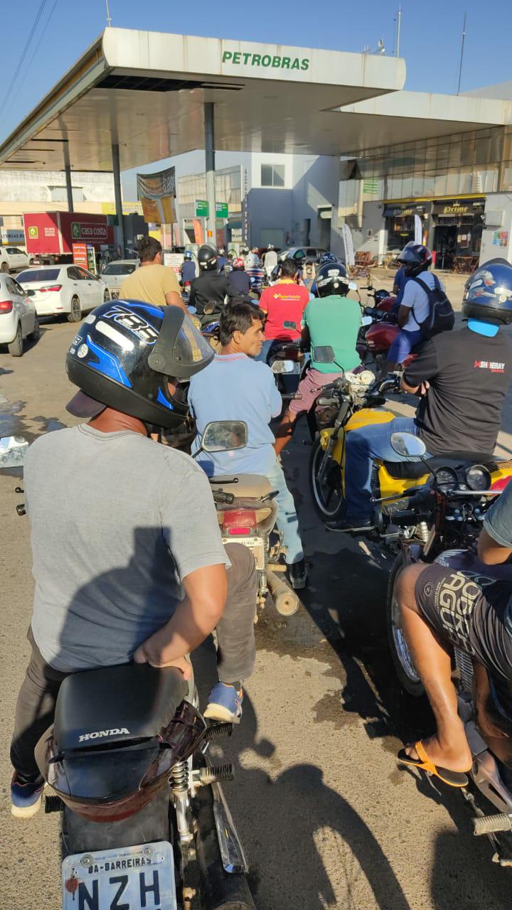 Motoristas correm para postos para abastecer seus veículos e forçam donos aumentarem os preços dos combustíveis em Barreiras