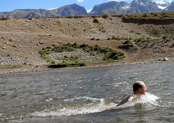 Christoph badet im Song-Köl-Fluss, Kirgistan