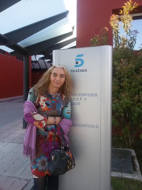 Paula Cobos en los estudios de Telecinco la fabrica de la tele en Cambiame