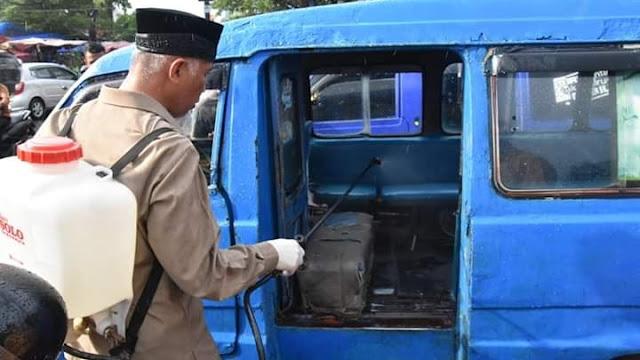 Antisipasi Wabah Virus Corona,Wako Mahyeldi Semprotkan Disinfektan ke Mobil Angkot