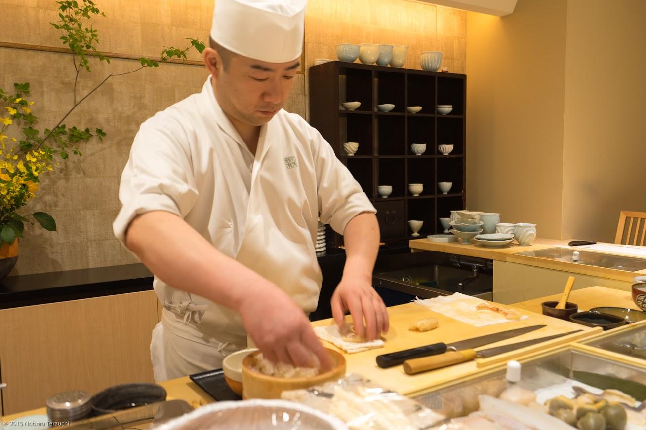 手際よく握られていく寿司