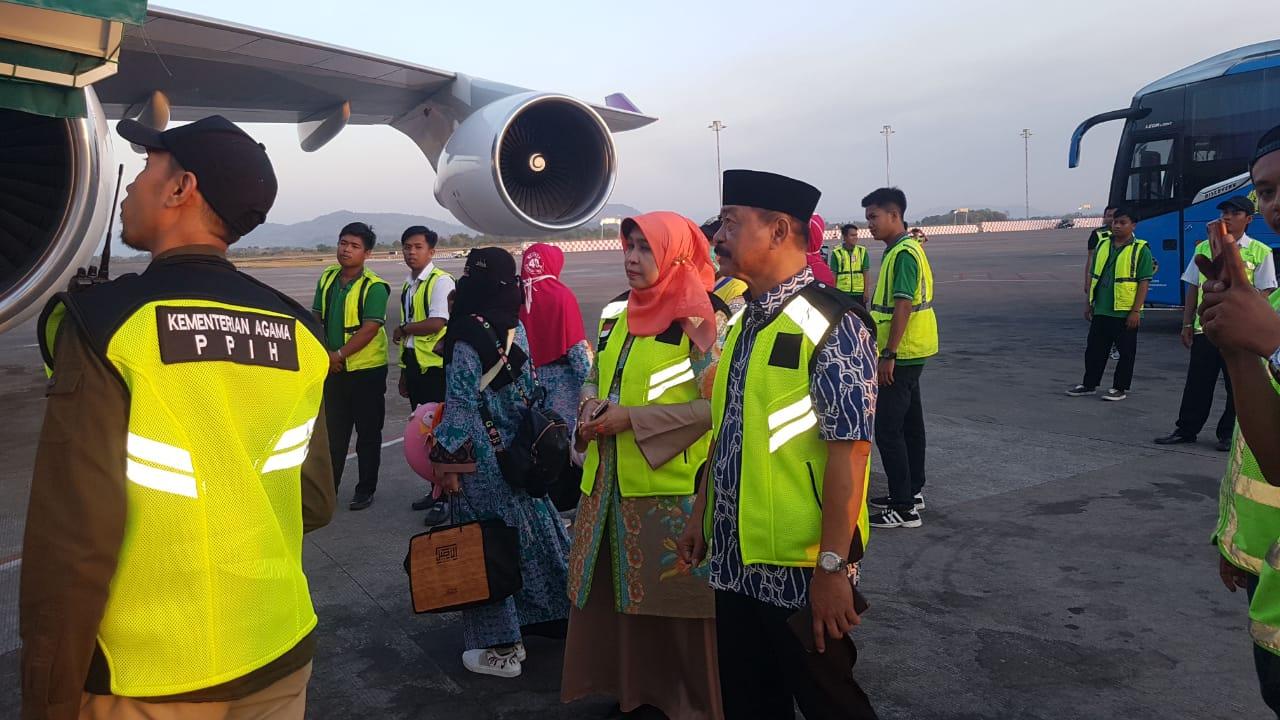 Kadis Sosial Bersama Wabup Gowa Jemput Jamaah Haji Kloter 40