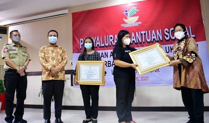 Bersama PLT Gubernur Sulsel, Mensos Risma Harini Serahkan Santunan ke Keluarga Korban KKB dan Korban Ledakan Bom Katedral Makassar