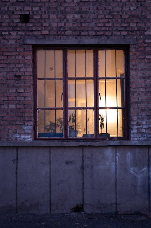 200102 東剥離駅建物の窓