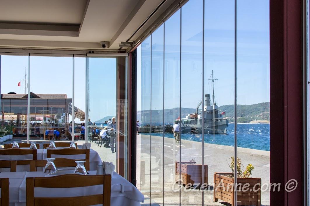 Çanakkale, Yalova Restoran'ın içerisinden Nusret gemisi ve Çanakkale boğazı