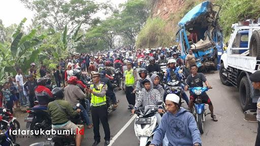 Warga Penasaran Dengan Lokasi Kecelakaan Maut Bus Pariwisata di Cikidang