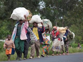 Les habitants fuient leurs villages à cause des affrontements entre les FARDC et les groups rebelles à Sake au Nord-Kivu, le 30 avril 2012.  © MONUSCO/Sylvain Liechti