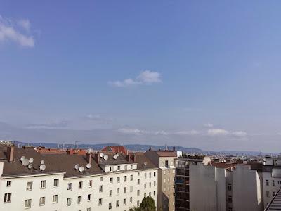 Die große Hitze ist mit heute vorbei,  dennoch ist mit viel Sonnenschein nochmals die 30 Grad Marke drinnen und die Luft fühlt sich schwül an. Der Westwind weht derzeit mit ca 30 km/h und es könnten sich im Laufe des Tages Regenschauer und Gewitter ausbilden, großteils bleibt es aber trocken, wie gestern Abend auch. Mit 21.7°C Minimumtemperatur hatten wir übrigens die 3. Tropennacht in Folge. #Wetter  #Wien #Wettervorschau #Donnerstag
