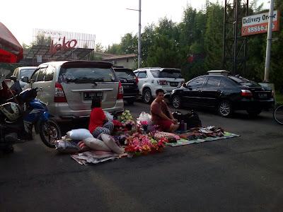 Penjual Bunga Hias dan Dompet