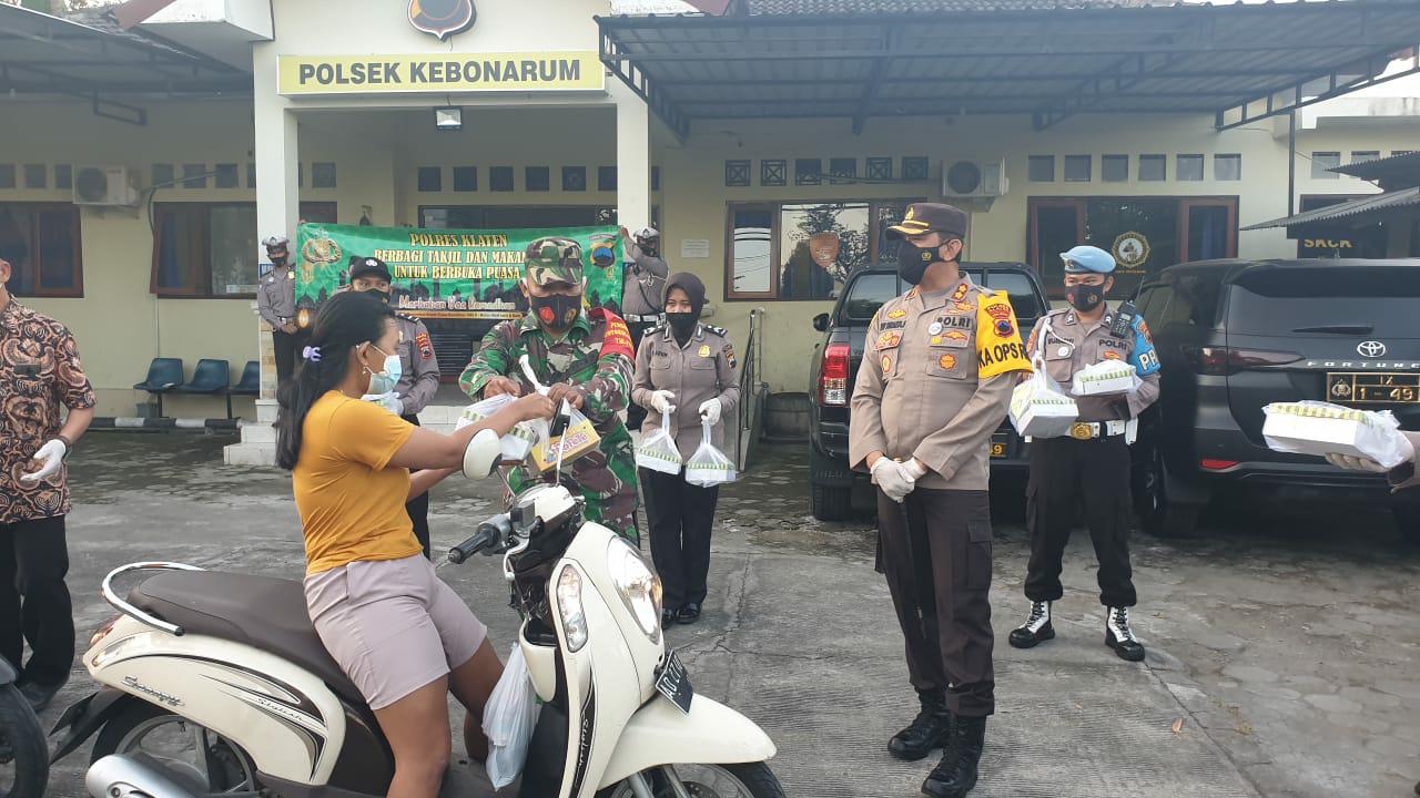 Ramadhan dan Pandemi Covid-19, Polres Klaten Bagikan Ratusan Takjil dan Masker Gratis Ke Pengguna Jalan Raya