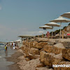 Плаж в Сани пред бар Bousoulas, на него можете да останете, ако не сте гост на някой хотел