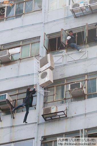 《巨輪》鍾嘉欣親身上陣,從地面吊上七樓,實行賣力博攞獎。
