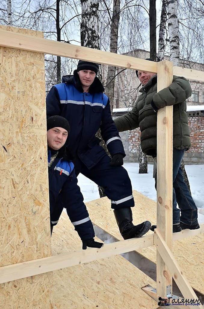 Вот такие бравые ребята устанавливают забор.