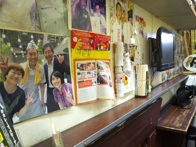 店内の壁には大量の写真やメディア紹介が貼られてる