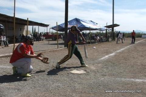 Juan Robles de Ponchados en el softbol del Club Sertoma
