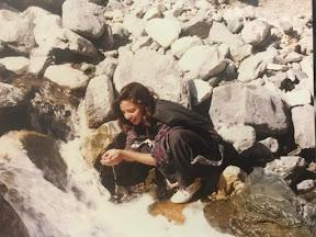 جب 1995 میں میری دلچسپ روح چوٹی پر تھی، تو اس تصویر کو چترال میں ایک ندی کے قریب لے گیا تھا! راکچی ساخت پہاڑوں اور تازہ ٹھنڈے سلسلے ایک دوسرے کے ساتھ فطرت اور خوبصورتی کی آمیزی کا مرکب تھا. چترال میرا پہلا پیار