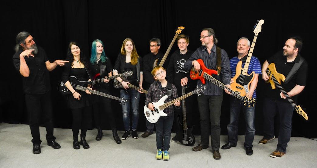Die Bassschüler der Musikschule Nicolaus beim Schüler-Konzert 2015 im Konzertsaal der Musikschule Nicolaus in der Wiesenstraße 16