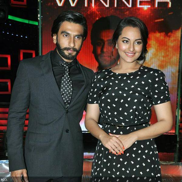 Ranveer Singh with his Lootera co-star Sonakshi Sinha during the grand finale of the cookery show Master Chef Season 3, held in Mumbai. (Pic: Viral Bhayani)<br />