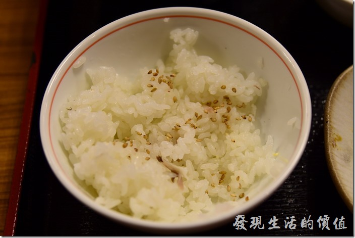日本-街角屋平價和食定食料理。白米飯加上白芝麻,味道一級棒,推薦一定要加芝麻。
